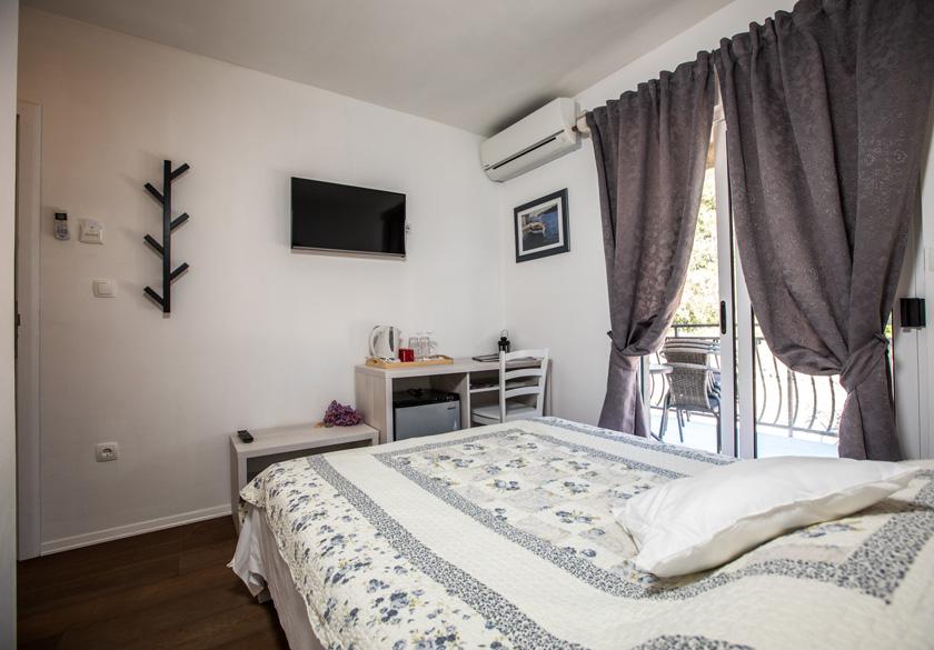 Soba Mato spavaća soba s balkonom